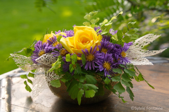 petit bouquet d'asters et de roses